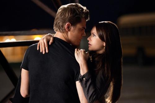 kdy Damon a Elena začnou chodit v upírských denících